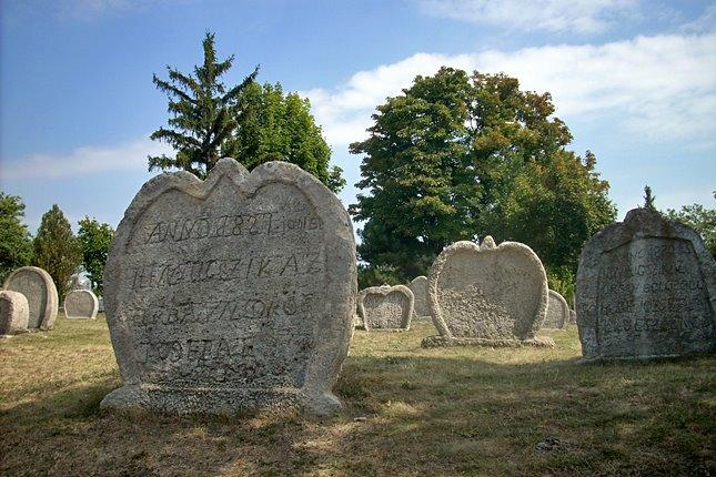 Balatonudvari szív alakú sírkövek